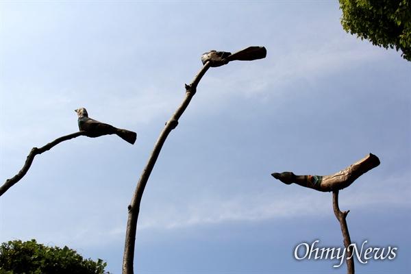일본 기타큐슈시 오카마쓰의 '오다야마 묘지' 구석에 있는 '조선인조난자위령비'에 있는 솟대.