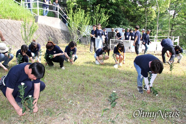 일본 기타큐슈시 오카마쓰의 '오다야마 묘지' 구석에 있는 '조선인조난자위령비'에서 통일촌, 통일엔평화 회원들이 국화꽃을 꽂고 있다.