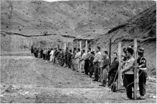 민간인 학살(1950년 4월 14일 서울 태능 근처) 미국 비밀문서가 해제되면서 고 이도영 박사가 공개한 학살 장면 사진. 한국전쟁이 발발하기 전인데도 39명의 민간인을 처형하는 데 200명의 헌병을 동원하였다. 미국 비밀문서에는 '이러한 처형이 남한에서는 매우 자주 실시된 처형 방식'이라고 적혀 있다.