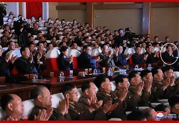 김정은 북한 국무위원장이 2일 제2기 제7차 군인가족예술소조경연에서 당선된 군부대들의 군인가족예술조조경연을 관람했다고 조선중앙통신이 3일 보도했다. 이날 공연에는 최근 실각설이 나돌았던 김영철 노동당 부위원장(흰색 원)도 배석해 건재함을 확인했다. 2019.6.3