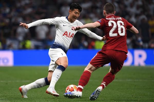 토트넘의 손흥민(왼쪽)이 1일(현지시간) 스페인 마드리드의 완다 메트로폴리타노에서 열린 리버풀과의 2018-2019 유럽축구연맹(UEFA) 챔피언스리그(UCL) 결승전에서 상대 선수와 볼을 다투고 있다.