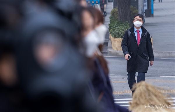 미세먼지 매우나쁨 상태가 이어지고 있는 3월 6일 오전 서울 광화문광장에서 녹색연합이 방독면과 마스크를 쓰고 미세먼지 해결을 위해 석탄발전 중단을 촉구했다.