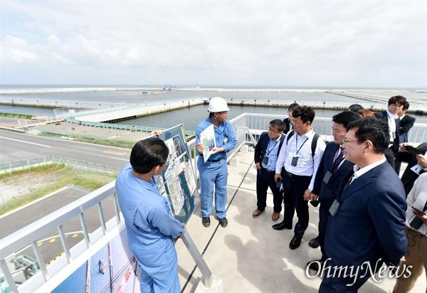 박남춘 인천시장이 지난 5월 20일 일본 요코하마 미나미혼모쿠 제5블럭 최종처분장을 방문해 해양 매립현장 및 처리시설을 살펴보고 있다.