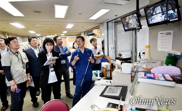 박남춘 인천시장이 지난 5월 21일 일본 요코하마 토츠카 자원선별센터를 방문해 폐기물 재활용 처리과정을 살펴보고 있다.