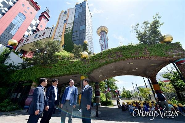 박남춘 인천시장이 지난 5월 22일 일본 오사카 마이시마 소각장을 방문해 소각장 시설을 살펴보고 있다.