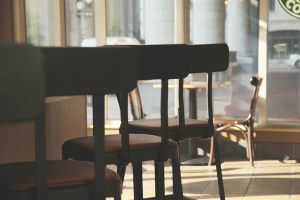 어쩌면 우리는 손님이 많다는 단 몇 군데의 카페 소문을 마치 대다수의 카페가 잘 되는 것처럼 착각에 빠졌던 것은 아닐까?