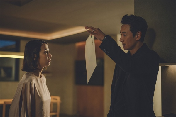 영화 <기생충>의 한 장면. 박 사장(이선균)과 그의 아내 연교(조여정)의 고용인에 대한 신뢰는 아주 얄팍하다. 인간적인 신뢰를 바탕으로 한 것이 아니라 필요에 의해 쓰고 버리는 존재이기 때문이다.