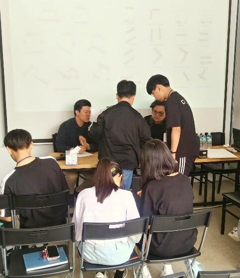 지난 2일 이천시 예스파크 내 아티아키(ARTIARKI)에서 홍콩의 배리 호(Barrie Ho) 건축가와 ' 예술과 건축의 탐험 꿈의 학교' 학생들이 <꿈의 집 디자인하기>워크샵을 하고 있다.