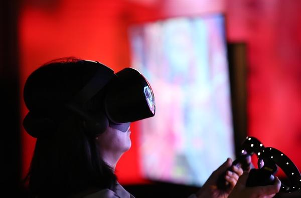'가상·증강현실을 즐기다' 2019년 5월 30일 서울 삼성동 코엑스에서 개막한 '서울 가상·증강현실 박람회(Seoul VR·AR Expo 2019)'에서 한 관람객이 VR 게임을 체험하고 있다.