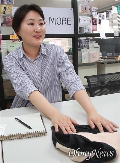 안지혜 이지앤모어 대표가 초이스샵에서 판매되고 있는 위생팬티에 대해 설명하고 있다.