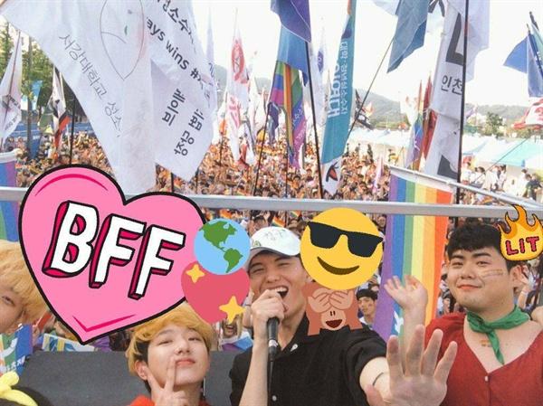 2019 서울퀴어퍼레이드 제3회 대학청년 공동행진 3 공연자들과 행진자들이 함께 사진 찍고 있다.