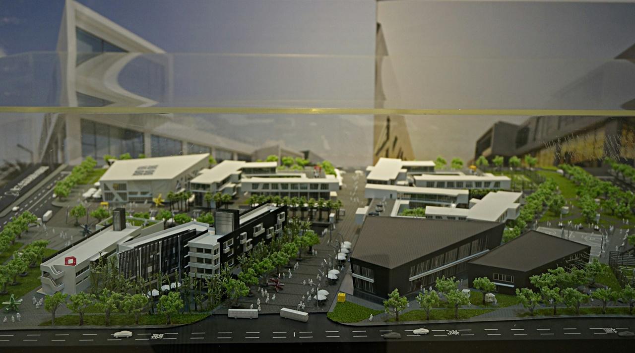 이천시 신둔면 예스파크내 아티아키에서 배리 호 건축가의 '도시창조, 예술과 건축의 연결' 전시회가 열리고 있다. 이 전시는 오는 6월30일까지 열린다.