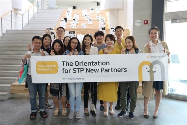 STP 7기가 5월 22일 혁신파크에 방문해 기념사진을 찍고 있다.