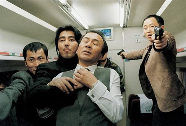 기차에서의 인간군상이 자못 흥미진진하다. 영화 <라이터를 켜라>의 한 장면.