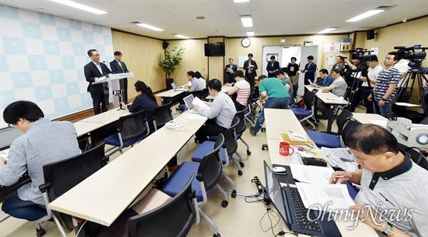 박준하 인천시 행정부시장이 6월 4일 시청 기자회견실에서 서구지역 수질피해 대책과 관련해 기자회견을 하고 있다.