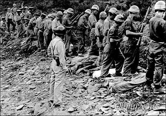 1950년 대전 산내 골령골 민간인 학살 기록 사진. 뒤에 서서 권총을 들고 있는 사람이 심용현 전 성신학원 이사장으로 당시 헌병대 중위였다.