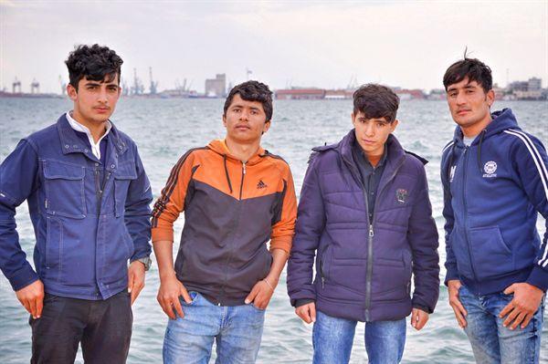 그리스의 아프가니스탄 난민들. 왼쪽부터 아미르 에산 나세리 Amir Ehsan Naseri, 오바이드 울라 알리제이그 Obaid Ullah Alizaig, 팔하드 잔 Farhad Jan, 라흐만 울라 후세인 Rahman Ullah Hussein 씨.