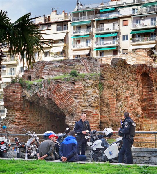 데살로니키 도심 곳곳의 경찰들은 대낮에도 검문을 하고 불법이 확인되는 사람들에게 곧바로 수갑을 채웠다.