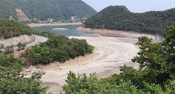 4일 강원 강릉시 주 취수원인 성산면 오봉저수지가 극심한 가뭄으로 바닥을 보이며 말라가고 있다.