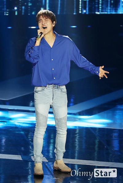 '더쇼' 정동하, 깊은 울림 정동하가 4일 오후 서울 상암동 SBS프리즘타워에서 열린 SBS MTV <더쇼> 생방송에서 열창하고 있다.