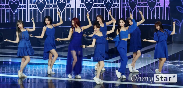 '더쇼' 러블리즈, 사랑스런 매력 러블리즈가 4일 오후 서울 상암동 SBS프리즘타워에서 열린 SBS MTV <더쇼> 생방송에서 화려한 무대를 선보이고 있다.