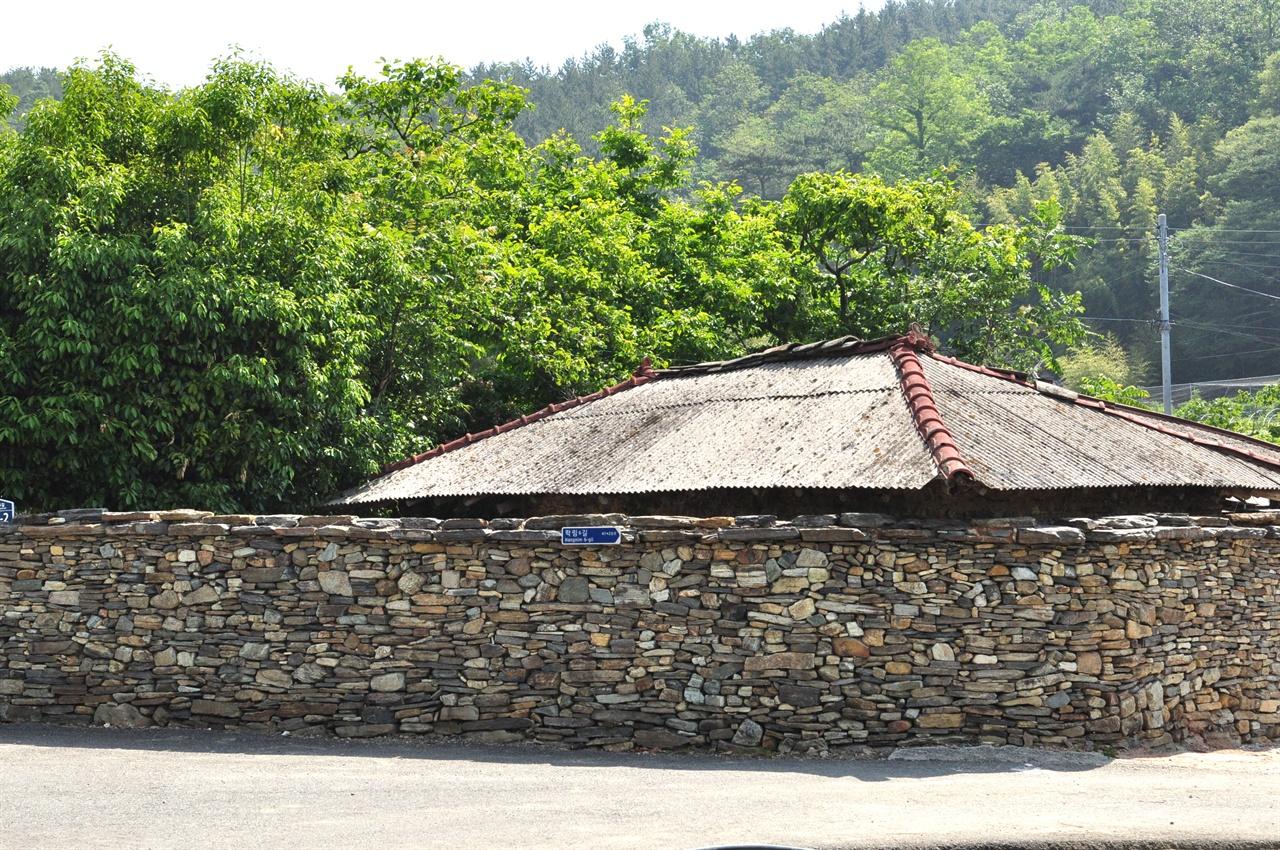 마을 입구, 납작돌을 차곡차곡 정성스레 쌓은 돌담이 눈길을 끈다.