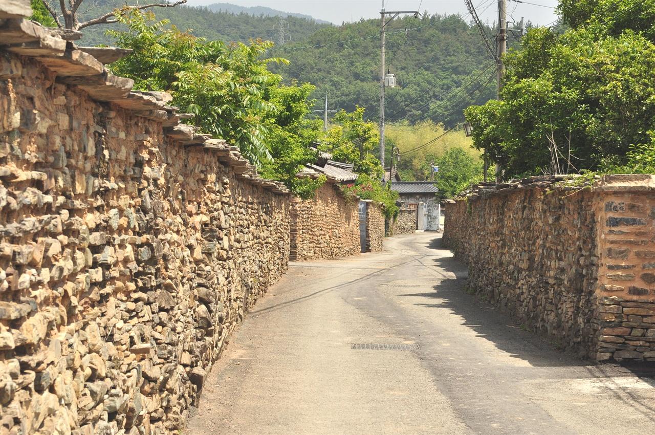 매사고택으로 가는 골목길.  마을의 모든 집들이 돌담을 두르고 있다.  아래와 위쪽을 다르게 쌓은 돌담을 보노라면 옛 사람들의 지혜로움을  느낄 수 있다.