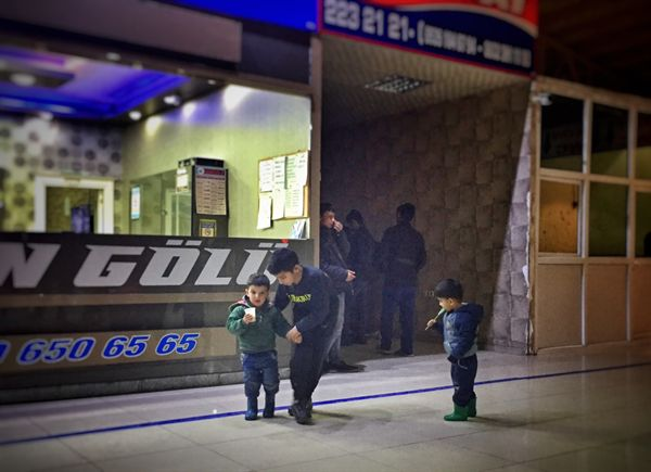 터키 동부 반 Van 터미널. 세 살 아이에게 주스를 먹이며 달래는 일곱 살 아이.