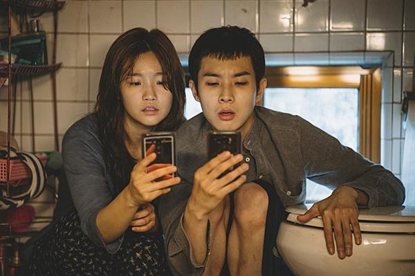 기생충 영화 초반 인터넷과 휴대폰이 정지된 기택(송강호 분) 집안의 상황이 매우 상징적으로 다가온다.
