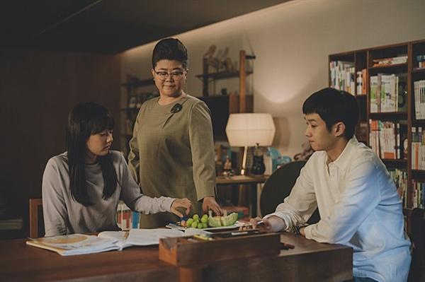 기생충 영화는 서로 다른 세 가족이 만나 빚어내는 이야기다.