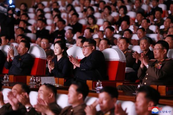 김정은 북한 국무위원장이 전날 제2기 제7차 군인가족예술소조경연에서 당선된 군부대들의 군인가족예술소조경연을 관람했다고 조선중앙통신이 3일 보도했다. 2019.6.3