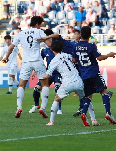 오세훈, 방향 살짝 돌려 헤더골 4일 오후(현지시간) 폴란드 루블린 경기장에서 열린 2019 국제축구연맹(FIFA) 20세 이하(U-20) 월드컵 16강 한·일전.  후반 한국 오세훈이 결승 헤더골을 넣고 있다.  한국은 이날 경기에서 일본에 1-0으로 승리하며 8강에서 세네갈과 4강 진출을 놓고 격돌하게 됐다.