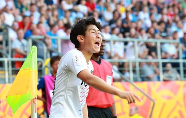 이래서 '강인이형!' 4일 오후(현지시간) 폴란드 루블린 경기장에서 열린 2019 국제축구연맹(FIFA) 20세 이하(U-20) 월드컵 16강 한·일전. 후반 코너킥 세트피스 찬스에서 한국 이강인이 코너킥을 차기 전 일본 문전 앞의 팀 동료들을 향해 큰소리를 외치고 있다.