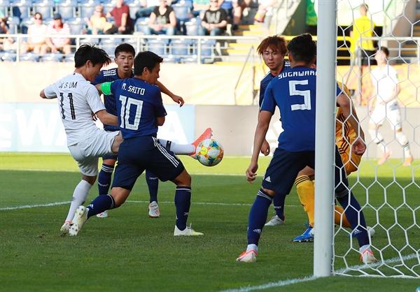 엄원상, 후반 한국 공격의 활력소 4일 오후(현지시간) 폴란드 루블린 경기장에서 열린 2019 국제축구연맹(FIFA) 20세 이하(U-20) 월드컵 16강 한·일전. 후반 한국 엄원상이 슛을 시도하고 있다.