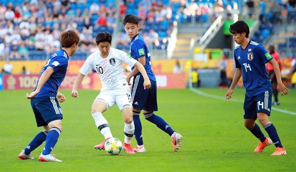 공 다루는 이강인 4일 오후(현지시간) 폴란드 루블린 경기장에서 열린 2019 국제축구연맹(FIFA) 20세 이하(U-20) 월드컵 16강 한·일전에서 이강인이 공을 다루고 있다.