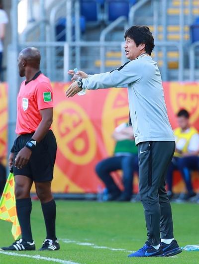 작전 지시하는 정정용 감독 4일 오후(현지시간) 폴란드 루블린 경기장에서 열린 2019 국제축구연맹(FIFA) 20세 이하(U-20) 월드컵 16강 한·일전. 전반 한국 정정용 감독이 작전을 지시하고 있다.