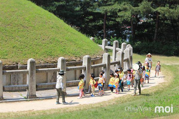경주 김유신 장군묘 주위를  돌며 십이지신상에 대한 설명을 듣고 있는 유아들의 모습
