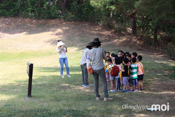 경주국립공원에서 진행하는' 천년의 숲학교' 프로그램에서 어린 유아들이 김유신 장군묘에 대한 설명을 듣고 있는 모습