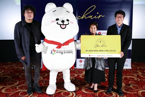 지난 5월 9일 롯데시네마 합정에서 진행된 해피엔딩 스타체어 GV 이벤트에 참여한 배우 김혜자와 봉준호 감독의 기념사진.