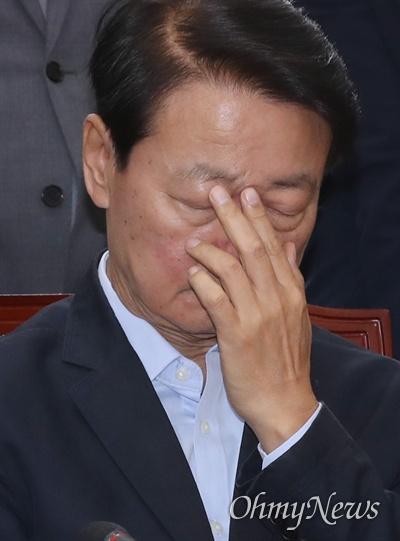"""기자들을 향해 """"걸레질을 하네""""라고 발언해 논란이 된 한선교 자유한국당 사무총장이 5일 오전 국회에서 열린 당대표 및 최고위원-중진의원 연석회의에 참석해 곤혹스런 표정을 짓고 있다."""
