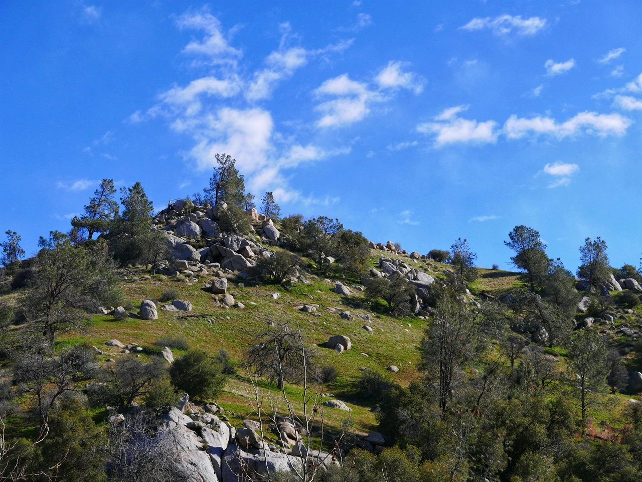 컨강을 둘러싼 산. 돌이 많다. ⓒ 우세린