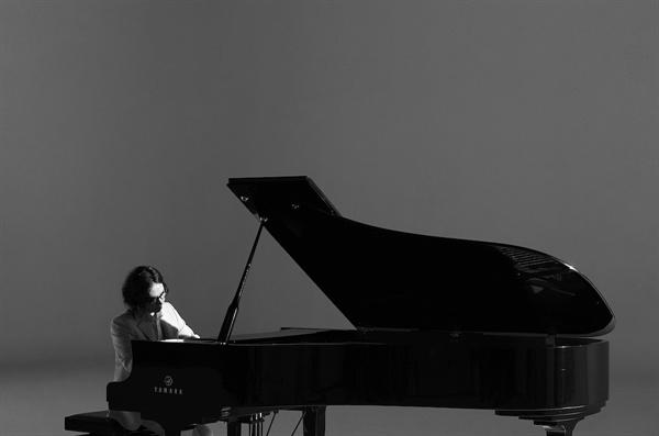 정재형 가수이자 작곡가 정재형이 새 앨범 < Avec Piano >를 발표하고 9년 만에 컴백했다. 이 앨범은 지난 2010년 발매한 피아노 연주곡 앨범 < Le Petit Piano >이후 선보이는 또 한 번의 연주곡 앨범이다.