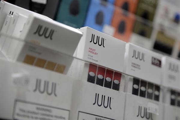신종 액상형 전자담배 '쥴' 해외 청소년들 사이에 크게 유행하고 있는 신종 액상형 전자담배 쥴(JUUL)이 5월 24일 한국에 출시됐다.