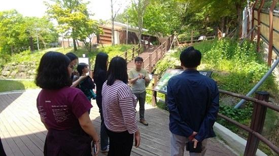 반달가슴곰 생태학습장에서 문광선 복원기획부장이 반달가슴곰 복원의 중요성을 설명하고 있다.