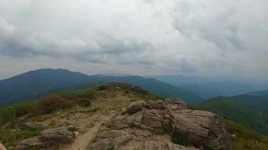 노고단 정상에서 동쪽으로 바라본 풍경. 멀리 보이는 왼쪽 산 봉우리가 반야봉이고 더 멀리 오른쪽에 보이는 봉우리가 최고봉인 천왕봉이다.