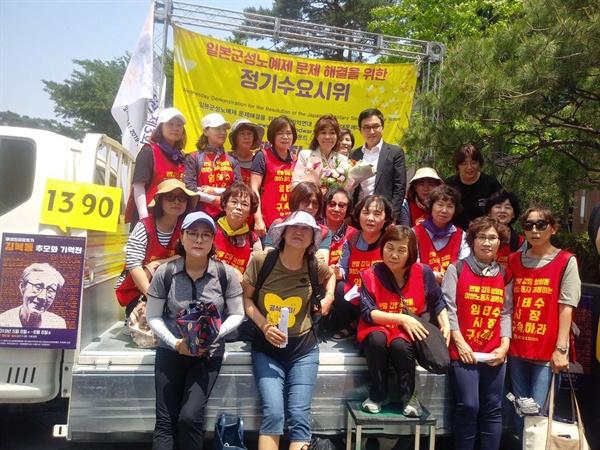 차명숙씨와 레에테크코리아 여성노동자들 차명숙씨가 레이테크코리아 여성노동자들과 사진을 찍고 있다.