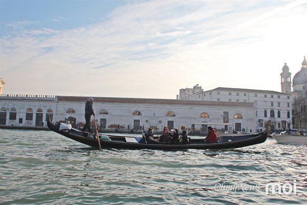 이틸리아 베네치아 여행 중 촬영한 위험하기 짝이 없는 곤돌라의 모습