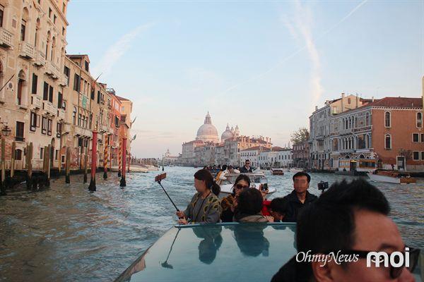 베네치아에서 운항 중인 수상택시 모습, 속도가 상당히 빠른데도 구명조끼는 입지 않는다.