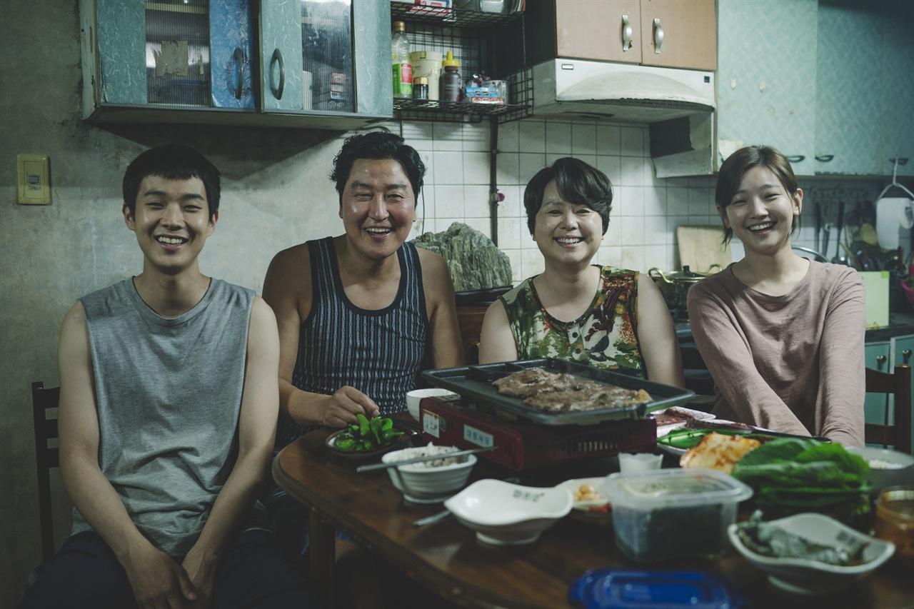 영화 <기생충> 속 송강호 가족의 식사  좋은 일 있을 때 삼겹살을 푸짐히 구워먹는 게 이들의 '아비투스'인 셈