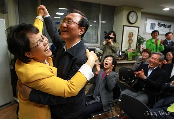 4.24재보선 투표일인 지난 2013년 4월 24일 오후 서울 노원구 마들역 부근 진보정의당 김지선 후보(노원병) 선거사무실에서 열린 해단식에서 노회찬 전 의원이 부인인 김지선 후보와 포옹을 하던 중 춤을 추는 포즈로 익살을 부리자 참석자들이 웃음을 터뜨리고 있다.